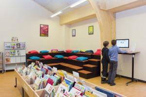 Médiathèque de la Vallée de Joux, Le Sentier. Coin lecture et écoliers effectuant de la recherche documentaire.